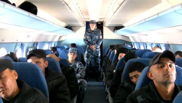 Полет под конвоем, или Как заключенных возят на работу в воздушной тюрьме