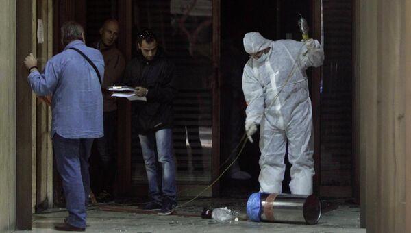 Греческая полиция работает на месте поджога возле офиса министра торгового флота Греции в Афинах. Фото с места события