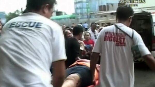 Филиппинцы выносили раненых и разбирали завалы после землетрясения