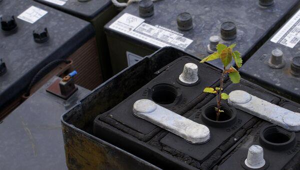 Утилизация батареек, архивное фото.