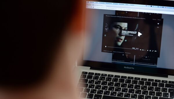 Пользователь смотрит фильм онлайн через социальную сеть Вконтакте
