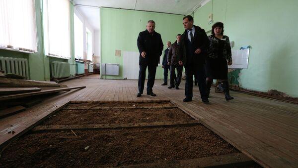 Председатель правительства России Дмитрий Медведев (в центре) во время посещения средней школы №13 в Комсомольске-на-Амуре