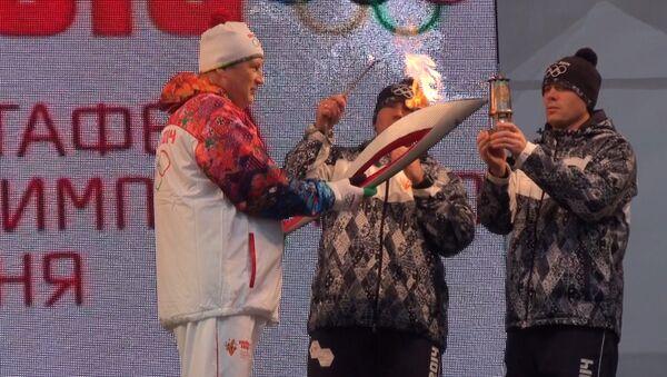 Дрозденко, Журова и Петров пронесли олимпийский огонь в Гатчине