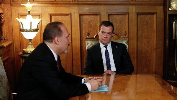 Председатель правительства России Дмитрий Медведев (справа) во время встречи с Михаилом Менем, которого президент назначил руководителем нового Министерства строительства и жилищно-коммунального хозяйства