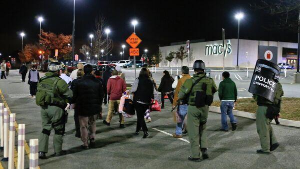 Полицейские на месте стрельбы в торговом центре Garden State Plaza в американском городе Парамус, штат Нью-Джерси