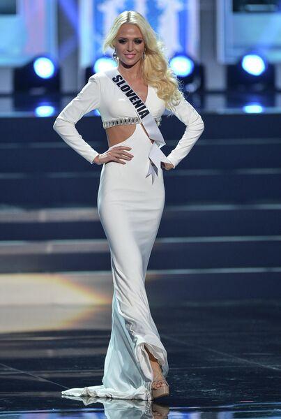 Участница конкурса Мисс Вселенная-2013 из Словении Нина Дурдевич во время полуфинала