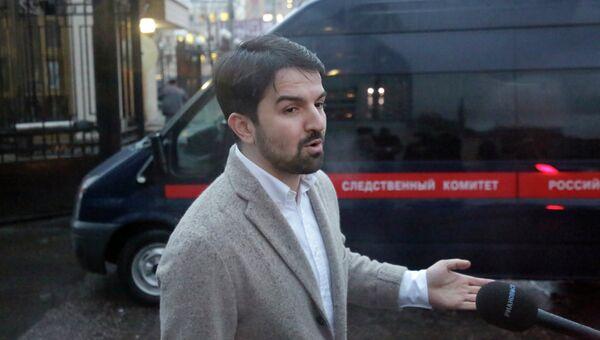 Адвокат Мурад Мусаев у здания Следственного комитета РФ. Фото с места события