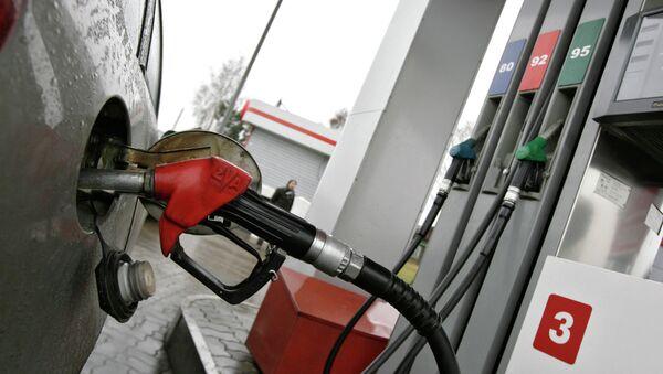 Заправка автомобиля топливом. Архивное фото