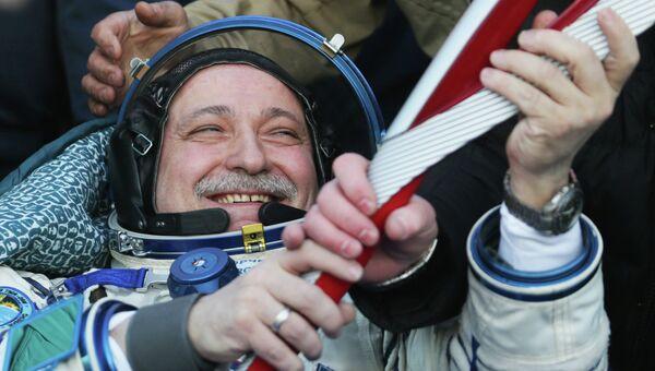 Российский космонавт Федор Юрчихин держит в руках Олимпийский факел. Фото с места события