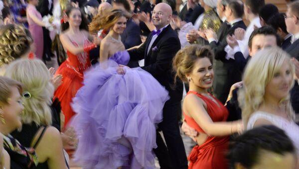 Гости танцуют на первом Кремлевском церемониальном балу, посвященном 400-летию династии Романовых,
