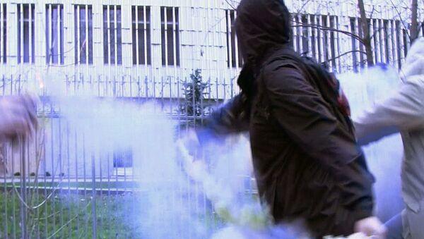 Посольство Польши в Москве закидали файерами
