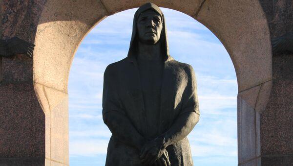 Памятник Прасковье Володичкиной в поселке Алексеевка Самарской области, архивное фото