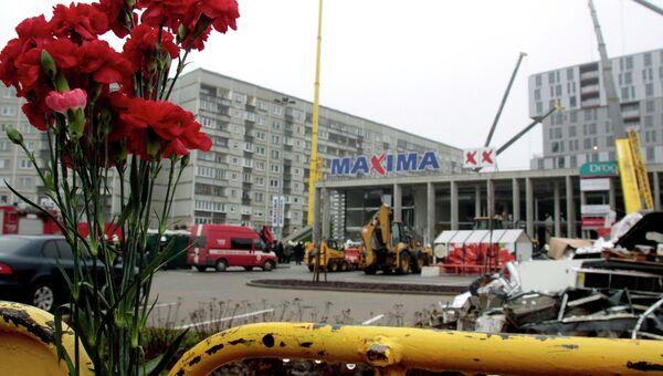 На месте обрушения крыши торгового центра в Риге