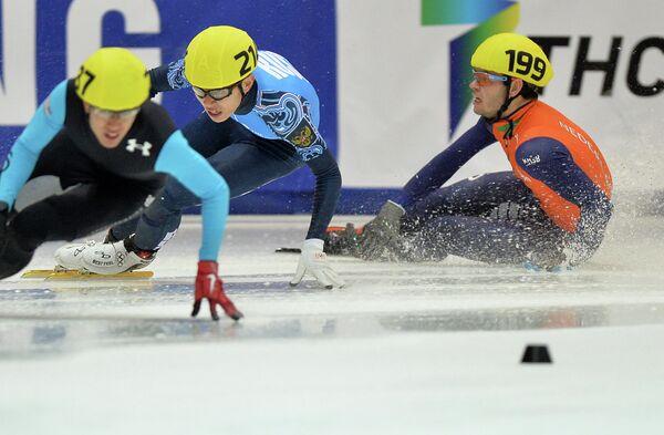 Спортсмены в финале А эстафеты 5000 м среди мужчин на IV этапе Кубка мира по шорт-треку в Коломне