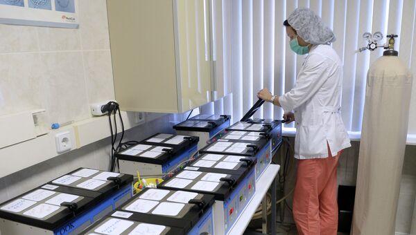 Сотрудница центра работает с оплодотворенными яйцеклетками в научном центре акушерства, гинекологии и перинатологии им. В.И. Кулакова в Москве