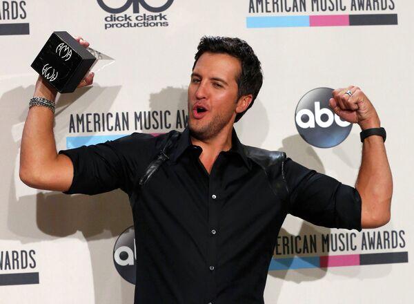 Американский певец Люк Брайан на 41-й церемонии American Music Awards
