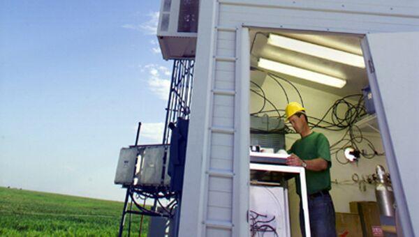 Одна из наблюдательных станций и самолет, с помощью которых авторы статьи замеряли долю метана в атмосфере