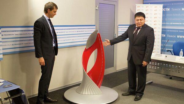 Чингис Акатаев и Сергей Сотников на презентации чаши олимпийского огня в Томске, событийное фото