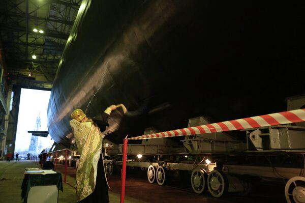Настоятель Николо-Богоявленского кафедрального морского собора протоиерей Богдан Сойка во время церемонии спуска на воду дизель-электрической подводной лодки Новороссийск