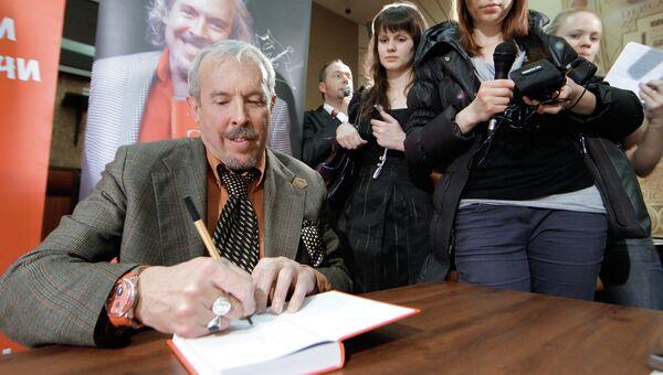 Музыкант Андрей Макаревич дает автограф на презентации своей новой книги Вначале был звук.