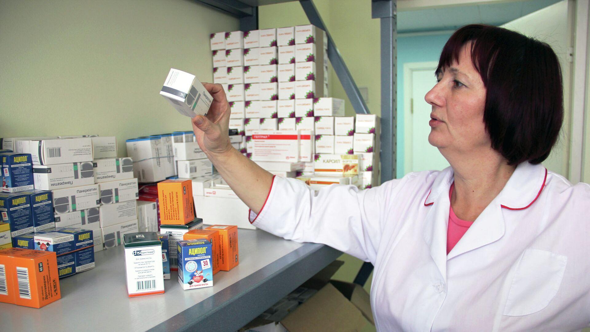 Сотрудница томского центра Анти-СПИД разбирает лекарства для ВИЧ-положительных людей - РИА Новости, 1920, 01.12.2020