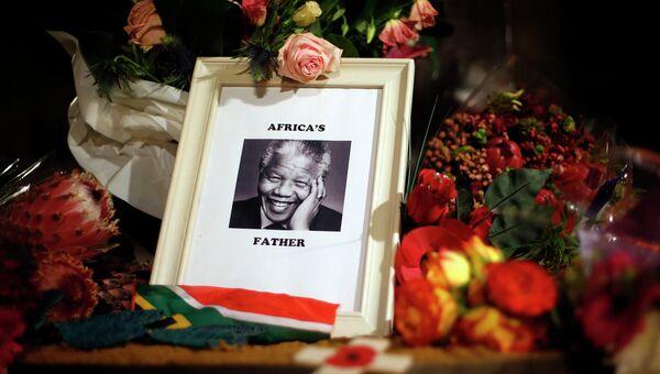 Цветы в память о скончавшемся экс-президенте ЮАР Нельсоне Манделе в Лондоне