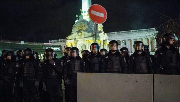 Сотрудники спецподразделения Беркут МВД Украины стоят в оцеплении во время разгона палаточного лагеря сторонников евроинтеграции на площади Независимости в Киеве. Архивное фото