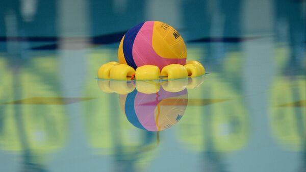Бассейн. Мяч для водного поло. Архивное фото.