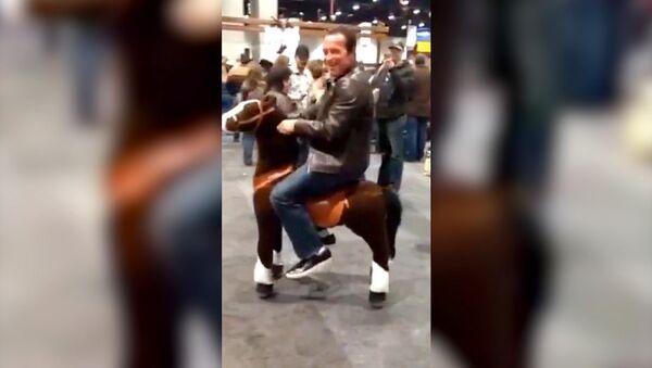 Шварценеггер на игрушечной лошади развеселил зрителей родео в Лас-Вегасе