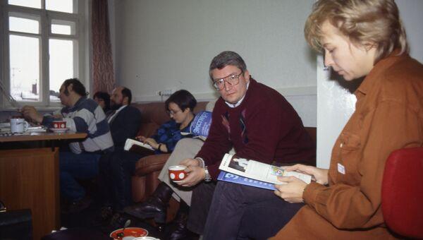 Основатели Эксперта Александр Привалов, Никита Кириченко (на заднем плане) и Андрей Шмаров в редакции журнала. Середина 1990-х