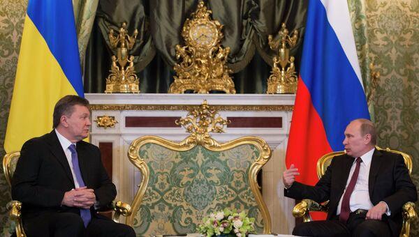Президент России Владимир Путин (справа) и президент Украины Виктор Янукович во время встречи в Кремле. Архивное фото