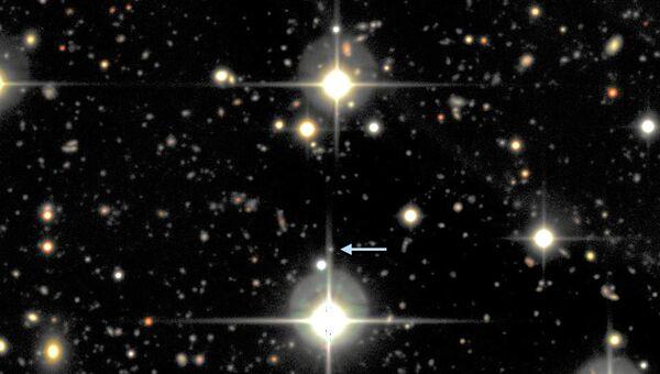Сверхновая SNLS-06D4eu и ее «родная» галактика на этом снимке едва различимы, так как находятся очень далеко от нас. Большие яркие звезды, которые видны на снимке, находятся в нашей галактике