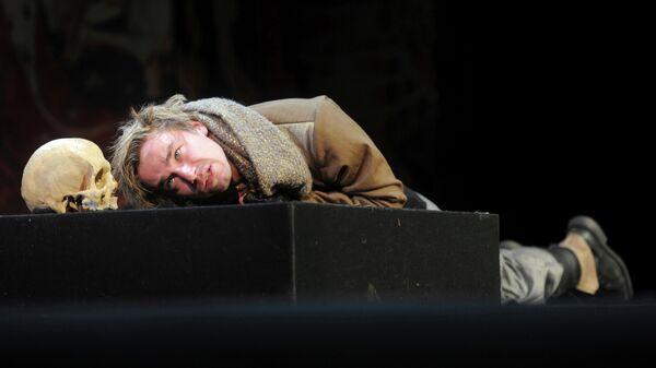 Актер Александр Петров в сцене из спектакля Гамлет в театре им. М.Н. Ермоловой