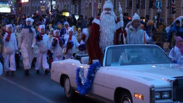 Дед Мороз со свитой проехал по Невскому проспекту Петербурга