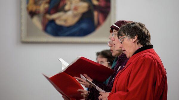 Приходской хор католического храма Пресвятой Богородицы во Владивостоке во время Рождественской службы.