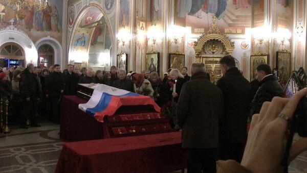 Тысячи людей с цветами пришли в храм Ижевска проститься с Калашниковым