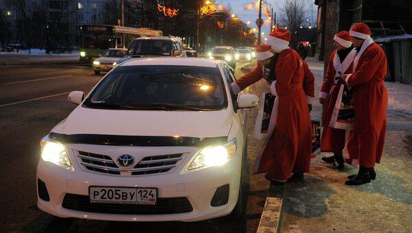 Десант Дедов Морозов поздравляет горожан с Новым годом в Красноярске, архивное фото