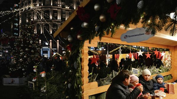 Посетители рождественской ярмарки Прага в Камергерском переулке в Москве