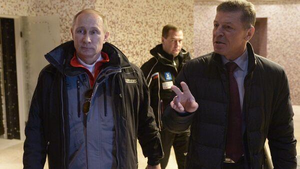 Путин, Медведев и Козак во время посещения гостиничного комплекса в горном кластере