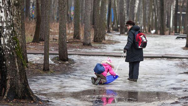 Лужи на дорожках парка Сокольники, архивное фото