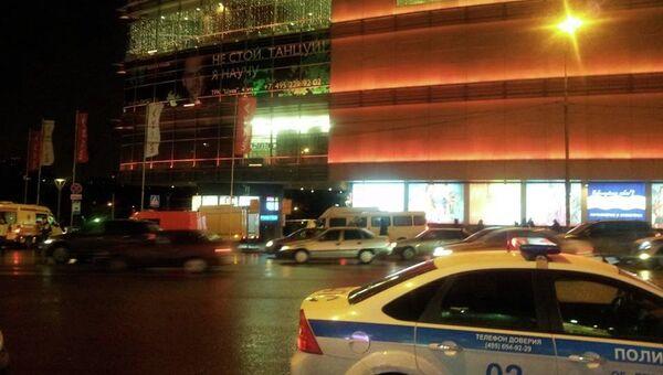 ТЦ Щука в Москве эвакуируют из-за звонка о взрывном устройстве, фото с места события