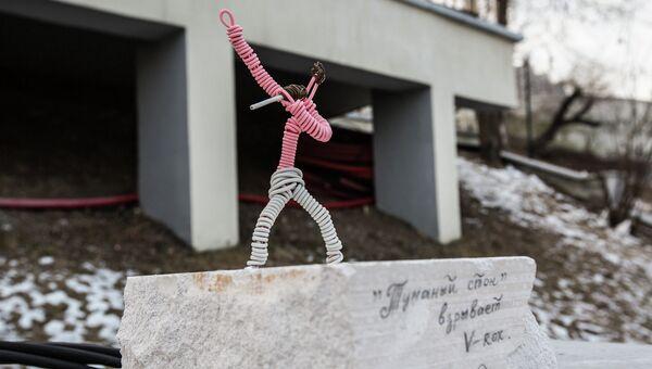 Пионером проволочного вернисажа во Владивостоке стала скульптура под названием Туманный стон взрывает V-rox, установленная неподалеку от фонтана на Спортивной набережной. Памятник посвящен известной в Приморье и на Дальнем Востоке рок-группе Туманный стон, начинавшей творить в далеком 1985-м одновременно с Мумий Троллем. Музыканты по-прежнему ведут активную творческую жизнь и участвуют во многих рок-фестивалях, в том числе в стартовавшем в прошлом году фестивале Владивосток Рок (V-rox).