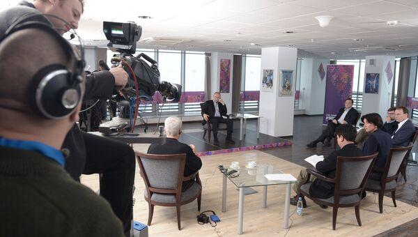 Президент России Владимир Путин во время интервью российским и иностранным СМИ