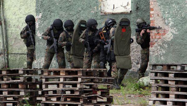 Сотрудники ФСБ отрабатывают действия по освобождению захваченного террористами здания. Архивное фото