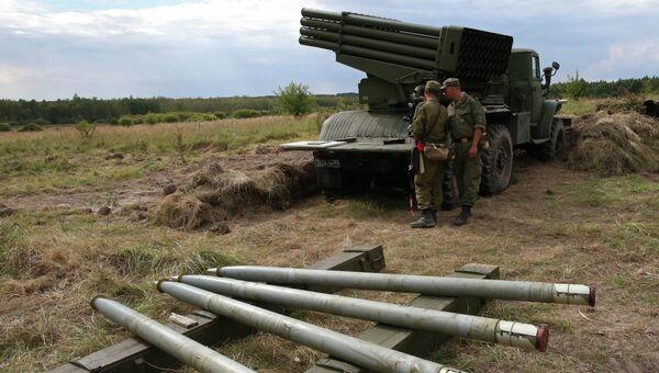 Солдаты на боевой позиции реактивной системы залпового огня БМ-21 Град. Архивное фото