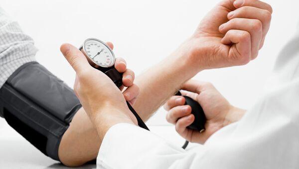 Измерение артериального давления. Архивное фото
