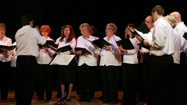 Люди поют хором. Архивное фото