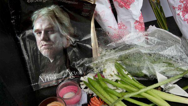 Фотография киноактера Филипа Сеймуар Хоффмана рядом с его домом в Нью-Йорке