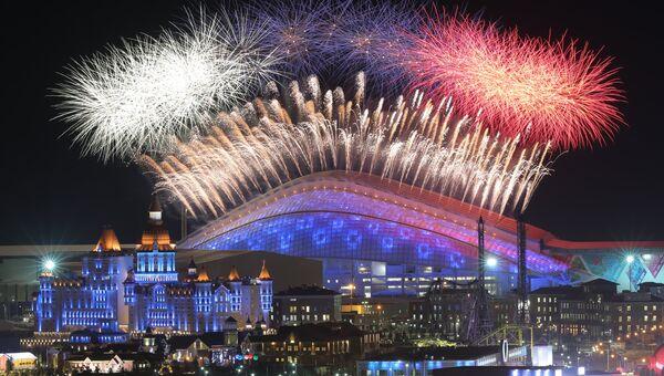 Салют над стадионом Фишт в Олимпийском парке во время церемонии открытия XXII зимних Олимпийских игр. Фото с места событий
