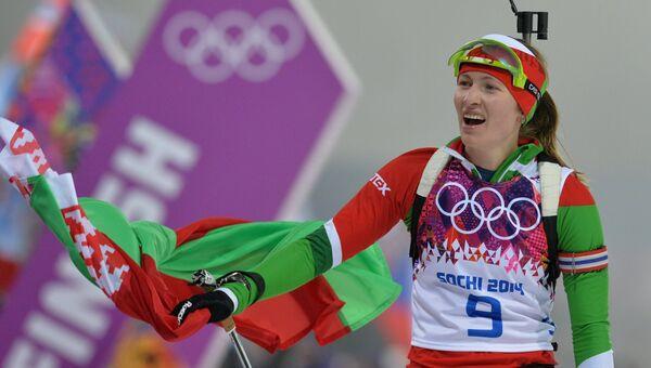 Дарья Домрачева (Белоруссия) на финише гонки преследования в соревнованиях по биатлону